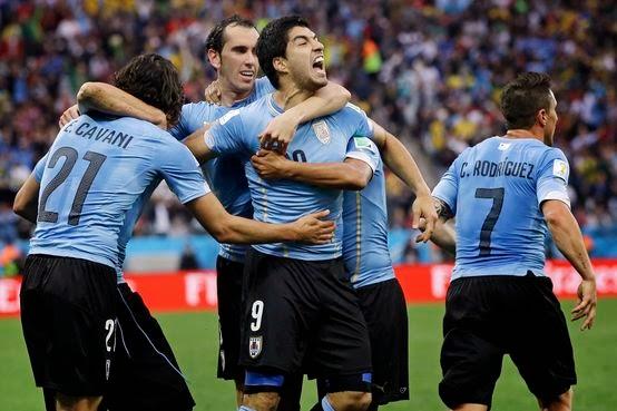 Uruguai vence a Inglatera por 2-1 e relança as esperanças para os Oitavos